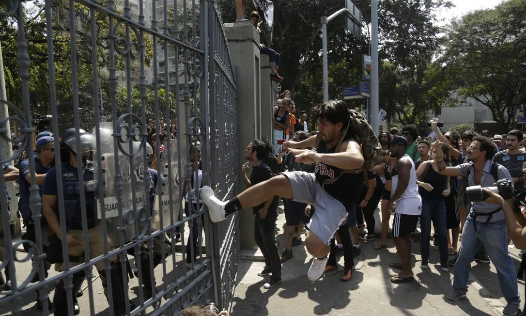 Manifestantes tentaram entrar por um dos acessos à Quinta da Boa Vista, forçando os portões Foto: Gabriel de Paiva / Agência O Globo