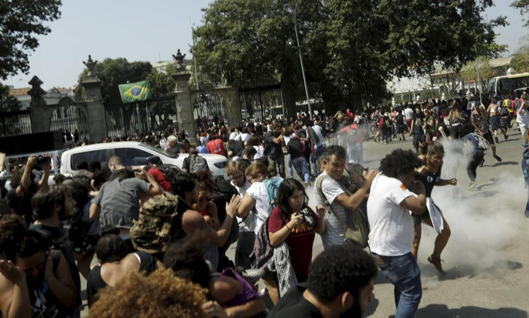 Os guardar jogaram spray de pimenta e bombas de efeito moral contra o grupo Foto: Gabriel de Paiva / Agência O Globo