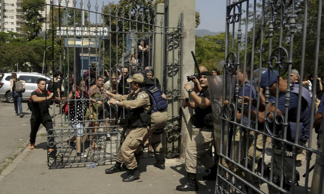 Manifestantes brigam com a Guarda Municipal no portão da Quinta da Boa Vista. Eles foram barrados e forçaram a entrada Foto: Gabriel de Paiva / Agência O Globo