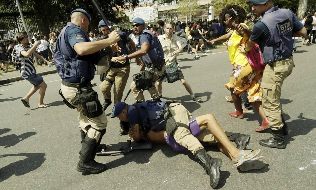 Um manifestante, mais exaltado, chegou a ser imobilizado pela Guarda Foto: Gabriel de Paiva / Agência O Globo