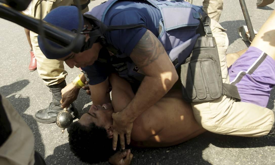 Um manifestante, mais exaltado, chegou a ser imobilizado pela Guarda. Eles protestam contra o abandono do museu Foto: Gabriel de Paiva / Agência O Globo