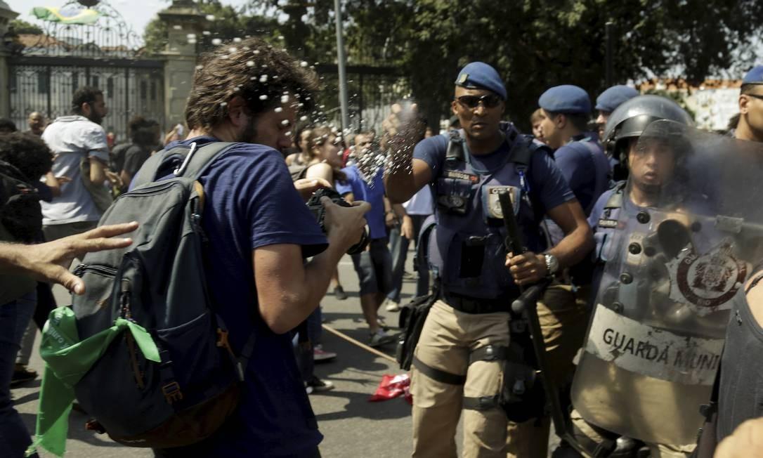 Os guardar jogaram spray de pimenta e bombas de efeito moral contra os manifestantes. Eles revidaram jogando garrafas e latinhas de refrigerante vazias Foto: Gabriel de Paiva / Agência O Globo