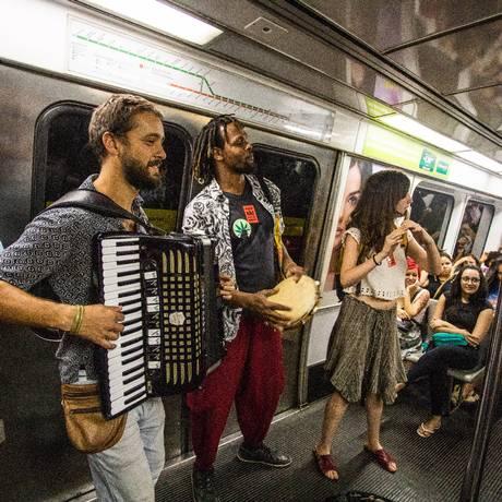 Artistas de rua que se apresentam nos vagões do metro Foto: Barbara Lopes / Agência O Globo
