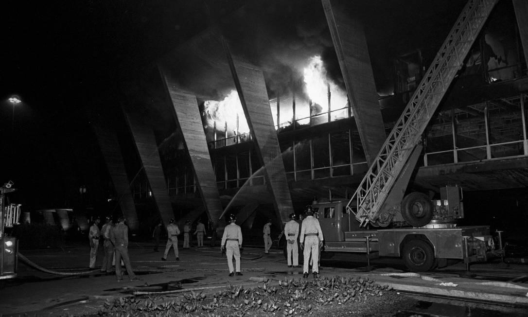Bombeiros tentam apagar incêndio no MAM, em 1978: impacto na produção artística Foto: Antônio Nery/Arquivo