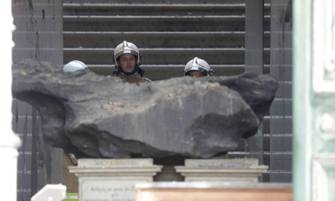 Bendegó, o maior meteorito já encontrado em solo nacional, resistiu às chamas Foto: Marcio Alves / Agência O Globo