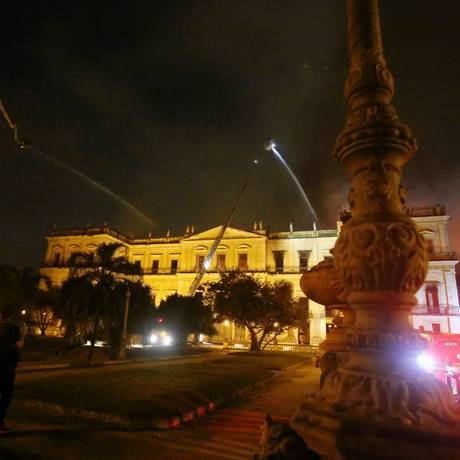 Bombeiros fazem trabalho de rescaldo Foto: Fabio Gonçalves / Agência O Globo