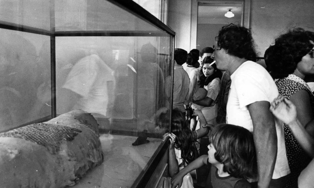 Adultos e crianças apreciam múmia em passeio nos anos 1970 Foto: Agência O Globo
