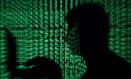 Um homem usa um laptop Foto: KACPER PEMPEL / Reuters