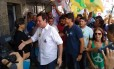 Eduardo Paes cumprimenta eleitores durante caminhada pela Taquara, Zona Oeste do Rio