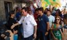 Eduardo Paes cumprimenta eleitores durante caminhada pela Taquara, Zona Oeste do Rio Foto: Bernardo Mello/Agência O Globo