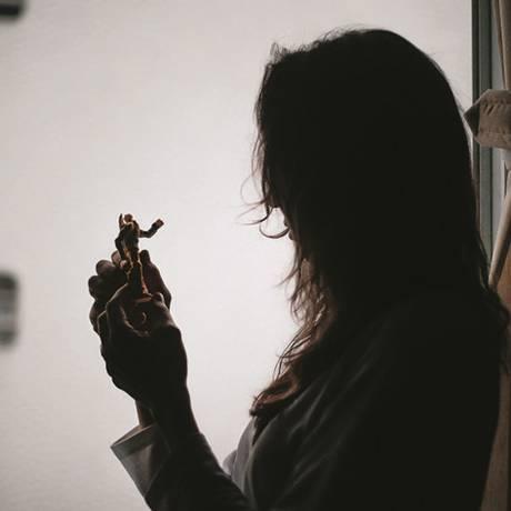 Lúcia segura um brinquedo do filho. Afastada dele pela Justiça, ela criou um grupo de mães Foto: Marcos Alves / Agência O Globo