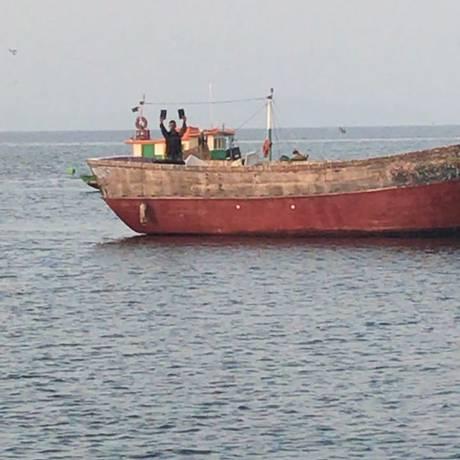 Barco pesqueiro seria usado para transportar droga pela Baía de Guanabara Foto: Divulgação/PM