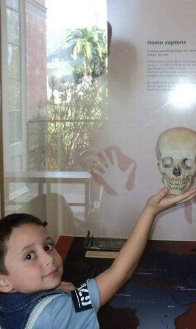 A brincadeira com um crânio virou parte da lembrança de Calebe Azevedo. A foto é de junho de 2012, e ele tinha apenas 3 anos. A imagem foi postada por Joana Azevedo em sua página no Facebook. Foram publicadas 24 fotos de momentos especiais do passeio, mas Joana lamentou não ter mais. Reprodução / Redes Sociais
