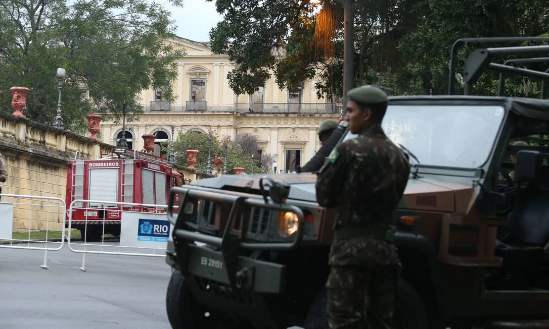 Equipes das Forças Armas estão no Museu Nacional Foto: Fabiano Rocha / Agência O Globo