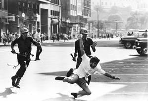 Uma das imagens mais conhecidas da repressão às manifestações na ditadura militar. Foto de Evandro Teixeira, em 1968 Foto: Evandro Teixeira