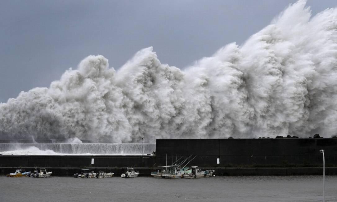 Tufão Jebi provocou grandes ondas no porto de Aki, na cidade japonesa de Kochi Foto: KYODO / REUTERS