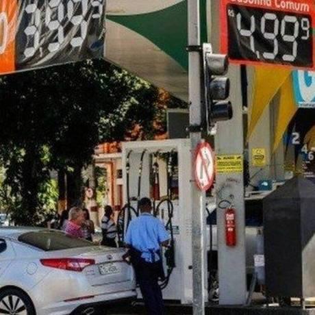 Posto de gasolina do Rio: combustível sofrerá novo reajuste nas refinarias Foto: Arquivo- Agência O Globo
