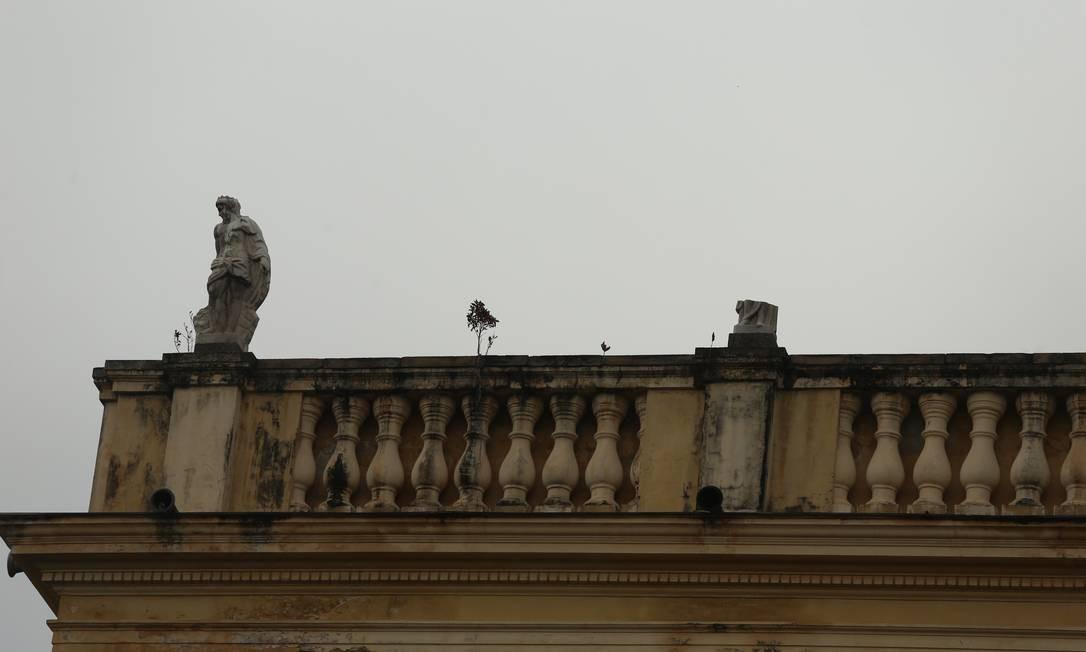 Estátua caiu da fachada do Museu Nacional após incêndio Foto: Fabiano Rocha / Agência O Globo
