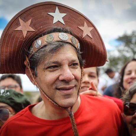 Desconhecido, Fernando Haddad com chapéu de vaqueiro fez campanha em Garanhuns, terra Natal de Lula; Foto: Ricardo Stuckert / Agência O Globo