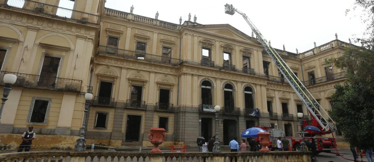Bombeiros continuam a fazer o trabalho de rescaldo após o incêndio no Museu Nacional Foto: Fabiano Rocha / Agência O Globo