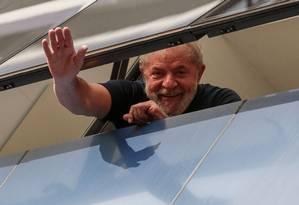 Lula acena da janela do Sindicato dos Metalúrgicos, em São Bernardo, antes de ser preso Foto: MIGUEL SCHINCARIOL / AFP