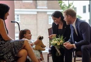 Harry, Meghan e a pequena Mathilda Foto: Instagram / Kensington Royal