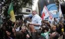 Ciro usa megafone para falar com eleitores no centro de São Paulo Foto: Marcos Alves / Agência O Globo