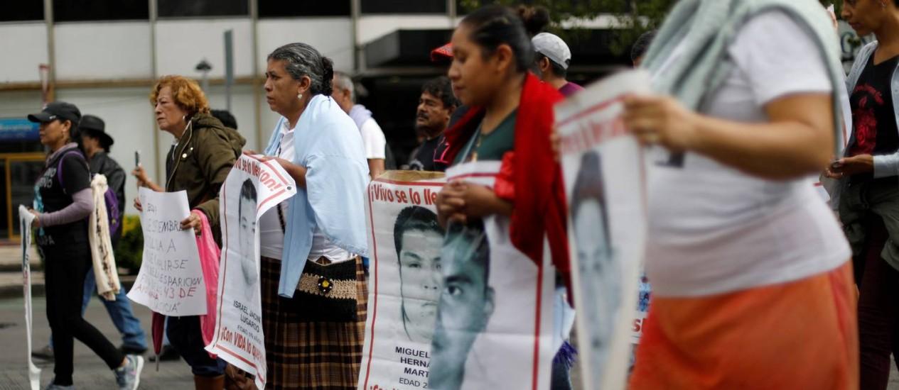 Parentes de estudantes desaparecidos em 2014 no México seguram cartazes com seus rostos em manifestação por informações sobre o seu paradeiro em agosto de 2018 Foto: EDGARD GARRIDO / REUTERS