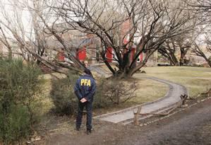 Operação de busca feita por policiais argentinos em uma das casas da ex-presidente e senadora argentina Cristina Kirchner, investigada por corrupção Foto: Walter Diaz / AFP Photo