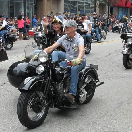 """A """"Parade"""" encerra as celebrações dos 115 anos da Harley-Davidson em Milwaukee. Cerca de 6 mil motos desfilam de forma organizada pelas principais ruas da cidade e são aplaudidos pela população, que se aglomera nas calçadas Foto: Roberto Dutra"""