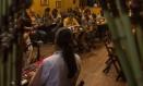 Clientes assistem a um show de jazz no local Foto: Agência O Globo / Alexandre Cassiano