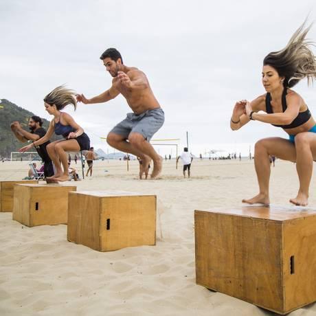 Grupo faz aula de crossfit em praia do Rio: Brasil é o país com maior índice de sedentarismo da América Latina Foto: Bárbara Lopes/02-11-2017