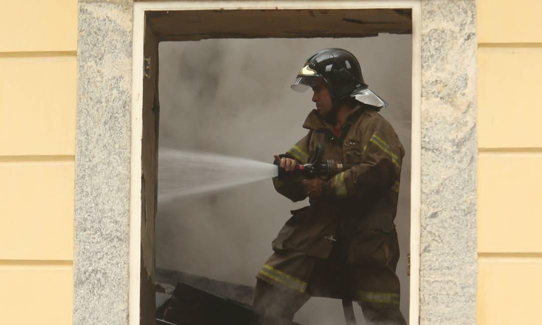 Bombeiro trabalha no rescaldo ao Museu Nacional, na Quinta da Boa Vista Foto: Fabiano Rocha / Agência O Globo