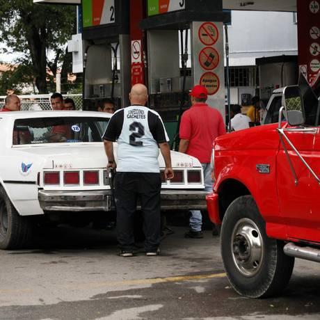 Automóveis se amontoam em posto de gasolina em San Cristobal, no estado venezuelano de Táchira Foto: ROLANDO DUARTE / AFP