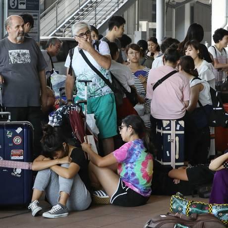 Milhares de passageiros ficaram presos no aeroporto de Kansai durante a passagem do tufão Foto: JIJI PRESS / AFP