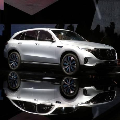 O EQC, novo SUV elétrico revelado pela Mercedes-Benz, é visto na galeria de arte Artipelag, em Gustavsberg, Suécia Foto: Reuters