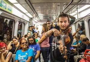 Violinista se apresenta no metrô em 30/08/2018 Foto: Barbara Lopes / Agência O Globo