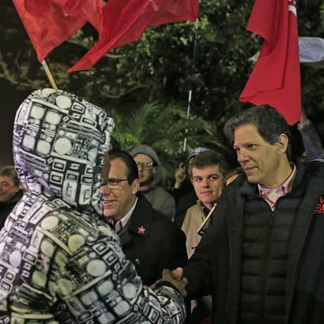 Fernando Haddad cumprimenta trabalhadores na frente da Mercedez-Benz, em São Bernardo do Campo Foto: Edilson Dantas / Agência O Globo