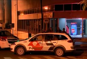 Assaltantes usaram ao menos oito carros de luxo e blindados para atacar bancos em Bauru Foto: Reprodução/TV Globo