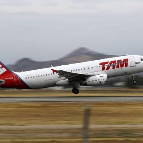 Avião da TAM decola de aeroporto em Santiago, no Chile Foto: Reuters