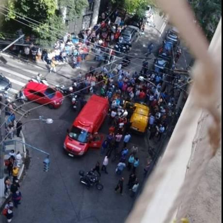 Ambulância socorre os feridos no Centro de Niterói Foto: Foto do leitor Leandro Corrêa