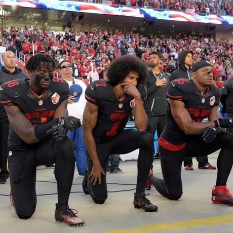 O ex-quarterback do San Francisco 49ers, Colin Kaepernick (centro), protagoniza a campanha da gigante esportiva Nike Foto: USA Today Sports / USA Today Sports