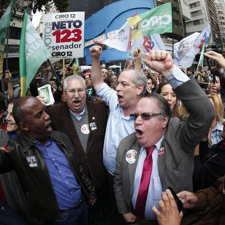 Ciro Gomes fez panfletagem no centro de SP com apoiadores Foto: Marcos Alves / Agência O Globo