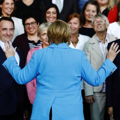Chanceler alemã, Angela Merkel, fala com professores em Berlim: líder se esforça para que protestos ultradireitistas em Chemnitz não atrapalhem gestão Foto: MICHELE TANTUSSI / REUTERS
