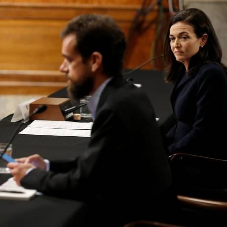 Jack Dorsey, diretor executivo do Twitter, depõe no Senado ao lado de Sheryl Sandberg, diretora de operações do Facebook Foto: JOSHUA ROBERTS / REUTERS