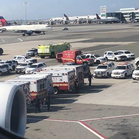 Carros de serviços de emergência cercam o avião da Emirates na pista do Aeropoto Internacional JFK Foto: Larry Coben/via REUTERS / REUTERS