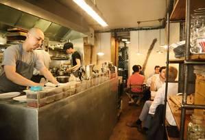 O chef japonês Katsuaki Okiyama comanda a pequena, mas inovadora, cozinha do Abri, em Paris Foto: Facebook / Reprodução