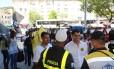 Indio da Costa conversa com policiais militares no Méier