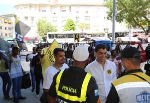 Indio da Costa conversa com policiais militares no Méier Foto: Divulgação