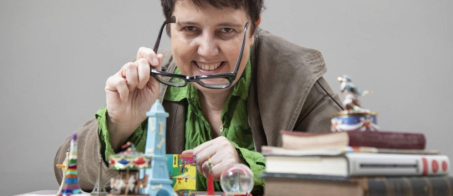 A chef Roberta Sudbrack e parte de sua coleção de suvenires de Paris Foto: Ana Branco / Agência O Globo